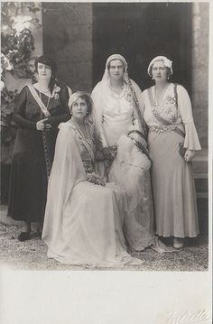 Queen Marie of Romania and her three daughters :Pss Elisaveta of Greece (check her Vampy look!) the bride, Archduchess Ileana of Austria- Tuscany and Queen Marie of Yugoslavia. Queen Mary, King Queen, Romanian Royal Family, Post Mortem Photography, Three Daughters, Royal House, Royal Jewels, Royal Weddings, Kaiser