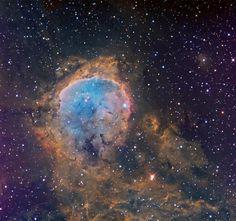 Nebulosa de Gabriela Mistral (NGC 3324)  se encuentra en la esquina noroeste de la constelación austral de Carina. Se trata de una cavidad de gas cavernoso gigante esculpido por intensa radiación y por vientos estelares de estrellas jóvenes. En realidad, NGC 3324 se refiere al cúmulo abierto de estrellas asociado a nebulosidad de emisión y refexion. La región HII nebular se conoce como G 31. Su nombre popular se debe a la asociación, borde de la cavidad, con el perfil de la Novel Poeta…