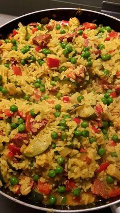 Spaanse rijstschotel: Chorizo bakken met twee uien, courgette, babymais en paprika. Daarna gele rijst 1 minuut meebakken en de groentebouillon (750ml) toevoegen. Met de deksel op de pan en op laag vuur 10 min. koken. Diepvrieserwten en stukjes tomaat toevoegen en 5 min. laten doorkoken. Eventueel peper en zout toevoegen en dan heerlijk eten!