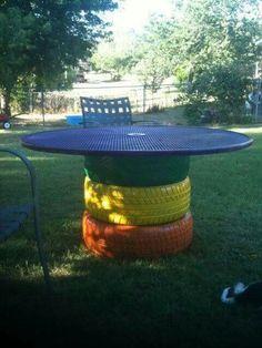 Mesa jardin de llantas recicladas