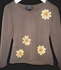Camiseta básica renovada con flores a ganchillo.