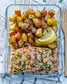 Sheet-Pan Garlic Butter Salmon + Red Potatoes - for Clean Meal Prep! Salmon Recipes, Seafood Recipes, Mexican Food Recipes, Meals With Salmon, Clean Recipes, Cooking Recipes, Healthy Recipes, Tips Fitness, Food Crush