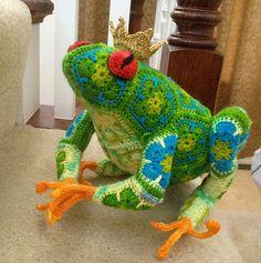 kikkerkoning foto gezien op blog blij dat ik brei. Patroon te koop op Ravelry:   Tomato the Frog Prince African Flower Crochet Pattern by Heidi Bears