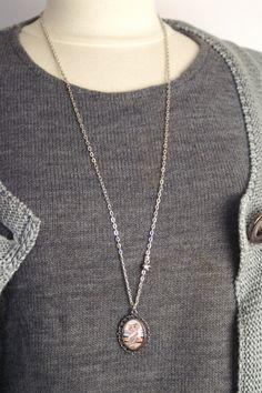 Sautoir Belle Dame - La Chouette Coquette -  Sautoir léger et élégant avec son pendentif très original. Peut se porter en ras de cou avec le fermoir en forme de coeur devant.