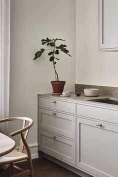 Taupe Kitchen, Modern Kitchen Cabinets, Shaker Kitchen, Home Decor Kitchen, Kitchen Interior, Home Kitchens, Beddinge, Küchen Design, Interior Design