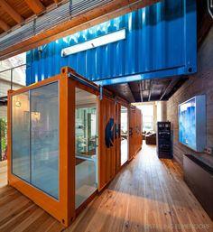 A arquitetura em container  pura consiste em utilizar apenas containers em sua construção, sem outras técnicas construtivas. Já a arquitetu...