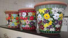 Vasos em cerâmica revestidos em pastilhas de vidro e mosaico feito em azulejos finos, by Sueli Cemin