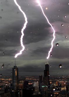 Lightning strikes Trump Tower and John Hancock Center at the same time in Chicago, June 2010 mother-nature-makes-a-point All Nature, Science And Nature, Amazing Nature, Natural Phenomena, Natural Disasters, Fuerza Natural, Cool Pictures, Cool Photos, Tornados