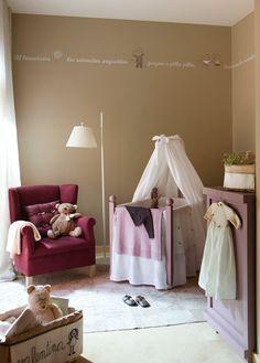 """La dulce habitación de una princesa  Es muy sutil, pero aún así logra que la vista se pose curiosa sobre la pared y lea: """"al levantarse, los..."""