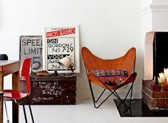 Välkomna hem till Lina och Edin som driver vintagebutiken Dusty Deco i Stockholm. Deras enrummare i Vasastan är full av fina idéer och fynd, och detta är ett hem där inredningen aldrig står...