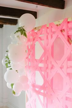 Ever wondered how to make those giant balloon garlands? This is how you whip up a balloon garland DIY in just a few minutes, plus an easy way to tie balloons is always a plus Ballon Backdrop, Baloon Garland, Diy Backdrop, Diy Garland, Flower Backdrop, Diy Party Decorations, Balloon Decorations, Party Themes, Party Ideas
