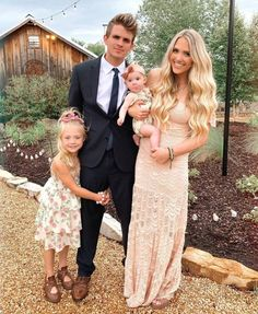 Take a look at these 11 facts about Everleigh Soutas/LaBrant. Get a quick biography, learn her age, birthday, real father, mom Sav & more. Savannah Soutas, Cole And Savannah, Summer Family Pictures, Family Pictures What To Wear, Family Christmas Pictures, Family Pics, Family Posing, Family Portraits, Sav And Cole