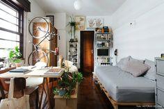 Quitinete de 23 m2 onde sala e o quarto são representados pelo sofá-cama com base de pallet.