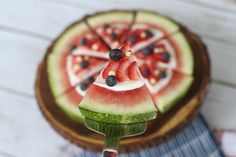 Want a stunning red, white & blue 4th of July dessert recipe that is healthy for your kids? Enter the Patriotic Watermelon Pizza. Easy to make. Delicious to devour.