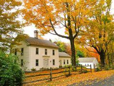 Good morning y'all! 😎 Another New England beauty ! ISAAC HOLT HOUSE in Norfolk , Connecticut. 🍁🍂🍁The original Cape portion of the house built in 1759 . A colonial addition was added in 🍁🍂🍁 🍁🍂🍁🍂🍁 Saltbox Houses, Old Houses, Nice Houses, Bungalows, Beautiful Homes, Most Beautiful, Historic Homes For Sale, Historic Houses, New England Homes