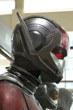 Paul Rudd and Evangeline Lilly's Ant-Man and the Wasp movie costumes on display. Marvel Dc Comics, Marvel Heroes, Marvel Characters, Marvel Avengers, Ant Man Helmet, Ant Man Suit, Batman Begins, Ant Man 2018, Hawkeye