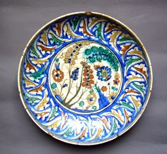 Plat à décor polychrome
