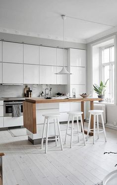It is easier than you think to take your kitchen from builder grade to gorgeous on a budget! These kitchen makeover secrets will save you money and give you great ideas! Kitchen Island Decor, Kitchen Island With Seating, Cheap Kitchen Makeover, Kitchen Layout Plans, Appartement Design, Small Apartment Design, Simple House Design, Cuisines Design, Beautiful Kitchens