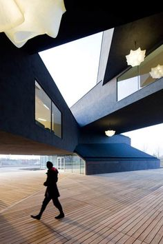 Here are some photographs of the VitraHaus by Swiss architects Herzog & de Meuron << rarely do I come across interior shots