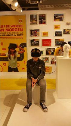 Joey kijkt in de virtuele wereld