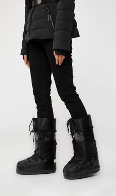 Women's Coats and Jackets Snow Boots Outfit, Winter Boots Outfits, Winter Shoes, Apres Ski Outfits, Apres Ski Boots, Ski Fashion, Fashion Prints, Moon Boots, Lined Jeans