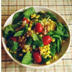 Chicken, sweetcorn and spinach salad with a few plum tomatoes Indian Dinner Menu, Plum Tomatoes, Spinach Salad, Fruits And Veggies, Eating Habits, Fitspiration, Cobb Salad, Wellness, Chicken