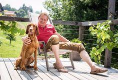 Hund und Herrchen auf der Sonnenterrasse des hundefreundlichen Ferienhauses inmitten der Weinberge der Steiermark
