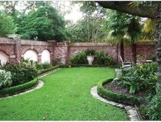 Landscape Gardeners Are Like Outside Decorators! A Clipped Edge Of Boxwood Frames The Garden Beds And Lawn In This Brick Walled Landscape. Boxwood Landscaping, Backyard Landscaping, Backyard Privacy, Backyard Ideas, Boxwood Hedge, Landscaping Ideas, Garden Cottage, Garden Beds, Garden Walls