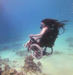 Quand une artiste fait de la plongée en fauteuil roulant