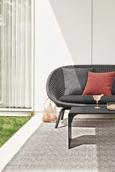 Modern outdoor rug Diy Furniture Couch, Outdoor Furniture Design, Black Outdoor Furniture, Outdoor Chairs, Indoor Outdoor, Outdoor Decor, Modern Outdoor Rugs, Modern Rugs, Home Design