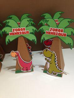 Caixinha em formato de coqueiro para colocar guloseimas.    Confeccionado em papel 180g.    Os dinossauros e as cores podem mudar de acordo com o desejo do cliente.