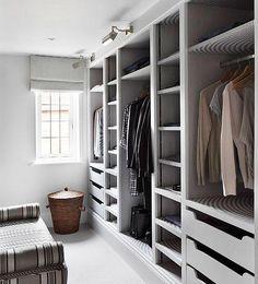 En el dormitorio, es conveniente reforzar la iluminación del frontal del armario para evitar que nos hagamos sombra cuando vamos a decidir qué nos vamos a poner.