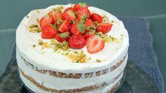 Det blir jordbærfest når Lise Finckenhagen lager lagkake med jordbær og krem. Her er oppskriften på kakebunnen du kan dele i to eller tre. Foto: Tone Rieber-Mohn / NRK