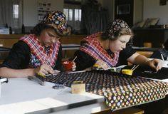 Twee meisjes in streekdracht, zittend in een klaslokaal zijn bezig met het vervaardigen van stipwerk. Beide meisje zijn niet in de rouw. 1975-1980 #Overijssel #Staphorst Traditional Dresses, Traditional Art, World Cultures, Folklore, Netherlands, Holland, Image, Belgium, Manual
