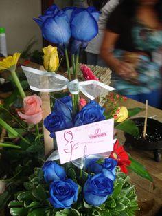 Y en el viernes, desde temprano te atendemos, aqui preparando un bello arreglo de rosas Azules. Feliz Dia Amigos.