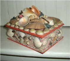 Kitsch at its finest -- VINTAGE SEASHELL BOX