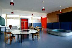 Le Corbusier Dans les unités d'habitation, le dernier étage était réservé à l'accueil d'une école maternelle, ici celle de Firminy (Loire), une ville où Le Corbusier construisit également une Maison de la culture, un stade et une église (achevée en 2006). Le Corbusier, Public Spaces, Architectural Elements, Styles, Architecture, Lyon, Exterior, Interior Design, Lifestyle