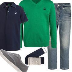 Per i ragazzi più grandicelli, che già possono uscire in autonomia con gli amici, un abbinamento con polo blu, jeans, cardigan verde, cintura di tessuto e sneaker grigie. Colori di base per un look da giovane uomo!