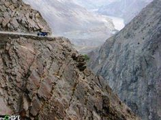 The Way to Fairy Meadows, Paquistão O nome se refere à um conto de fadas, mas não se deixe enganar! A estrada é íngreme e com muitos ventos. Ninguém fica feliz em ter que passar por lá. Tem que ser MUITO piloto...