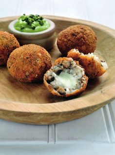 Italiaanse risottoballetjes met paddenstoelen  http://www.njam.tv/recepten/italiaanse-risottoballetjes-met-paddenstoelen