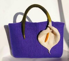 Felted bag 'Flower deep-bodied crevalle' by Olga Dem'yanovafelted bag with calla lily Diy Sac, Felt Purse, Mk Bags, Unique Bags, Bag Patterns To Sew, Fabric Bags, Handmade Bags, Handmade Bracelets, Purses And Handbags