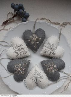 Diy christmas ornaments 407646203773105870 - Super embroidery christmas gifts felt ornaments Ideas Source by mariasaaiman Felt Christmas Decorations, Christmas Ornament Crafts, Felt Ornaments, Holiday Crafts, Ornaments Ideas, Felt Christmas Trees, Christmas Crafts Sewing, Ornaments Image, Snowflake Ornaments