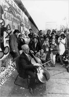 Famed Cellist Mstislav Rostropovich plays the cello suites of Bach at the Berlin Wall, a few days after it fall, Nov. 1989 (Photo: Reuters) - Un moment à Berlin, que nul n'oubliera ! Cello Music, Art Music, 1989 Music, Berlin Hauptstadt, Conductors, Music Love, Classical Music, Jazz, Musicals