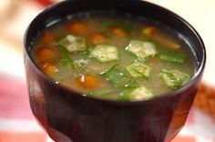 オクラとナメコ、納豆が入った具沢山のみそ汁。大葉の香りが上品ですね。オクラとナメコのみそ汁[和食/汁もの・椀もの]2011.08.22公開のレシピです。