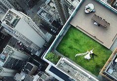 Algumas vezes a vida pode no surpreender de maneiras bem inusitadas. E é justamente sobre estas surpresas que trata esta história de uma fotografia acidental que é simplesmente incrível. A imagem de dois noivos deitados no terraço de um edifício foi capturada peloprodutor de vídeosBrandon Li por acaso, enquanto ele testava um drone, em Hong Kong. Segundo contou ao site PetaPixel, ele sequer sabia que havia um casal na cobertura do edifício e a intenção era capturar uma imagem do…