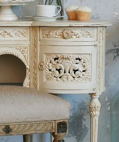 Vintage carved vanity dream-houses-what-to-put-in-them Painted Furniture, Home Furniture, Refinished Furniture, Vintage Furniture, Furniture Ideas, Shabby Cottage, Shabby Chic, Home Interior, Interior Design