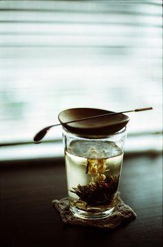 Blooming Tea là một kiệt tác nghệ thuật trà. Nó là một bó nhỏ gồm những lá chè và hoa sấy khô được cuộn lại thành dạng cầu với một sợi chỉ nhỏ. Loại trà này được làm thủ công chủ yếu ở tỉnh Vân Nam, Trung Quốc. Các loại hoa thường được sử dụng là hoa nhài, hoa lily, hoa Mộc, hoa thiên nhật thảo...Khi pha, những lá chè nở dần ra, trong cùng là những bông hoa ở giữa nhị đang độ nở rộ.