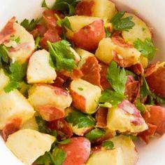 Receita de Salada de Batata, Bacon e Ervas Frescas - http://www.receitasja.com/receita-de-salada-de-batata-bacon-e-ervas-frescas/