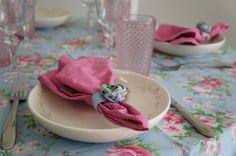 Ladies - Toalha de mesa floral, guardanapos de poá e porta-guardanapos combinando com o padrão da toalha. Tudo ainda com tons de rosa