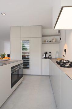 moderne Küche von Koen Timmer modern kitchen by Koen Timmer Kitchen On A Budget, Kitchen Dining, Kitchen Cabinets, Long Kitchen, Kitchen Craft, Narrow Kitchen, Shaker Kitchen, Dark Cabinets, Kitchen Ideas